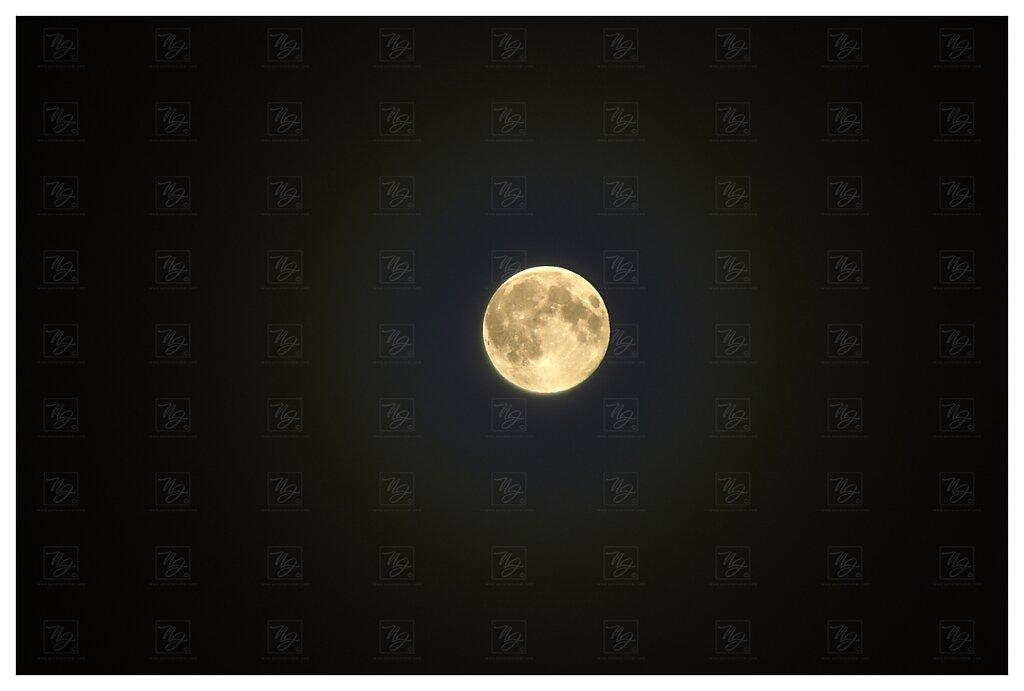 Měsíc ze střechy v Bubenči